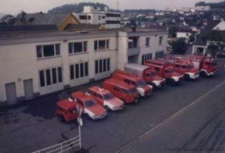 Neues Feuerwehrgerätehaus von 1970 – Bild von 1983 mit Fahrzeugen